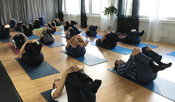 Tasapainottava Shakta-jooga antaa energisen startin tai harmonisen päätöksen virkistyspäivälle Helsingissä